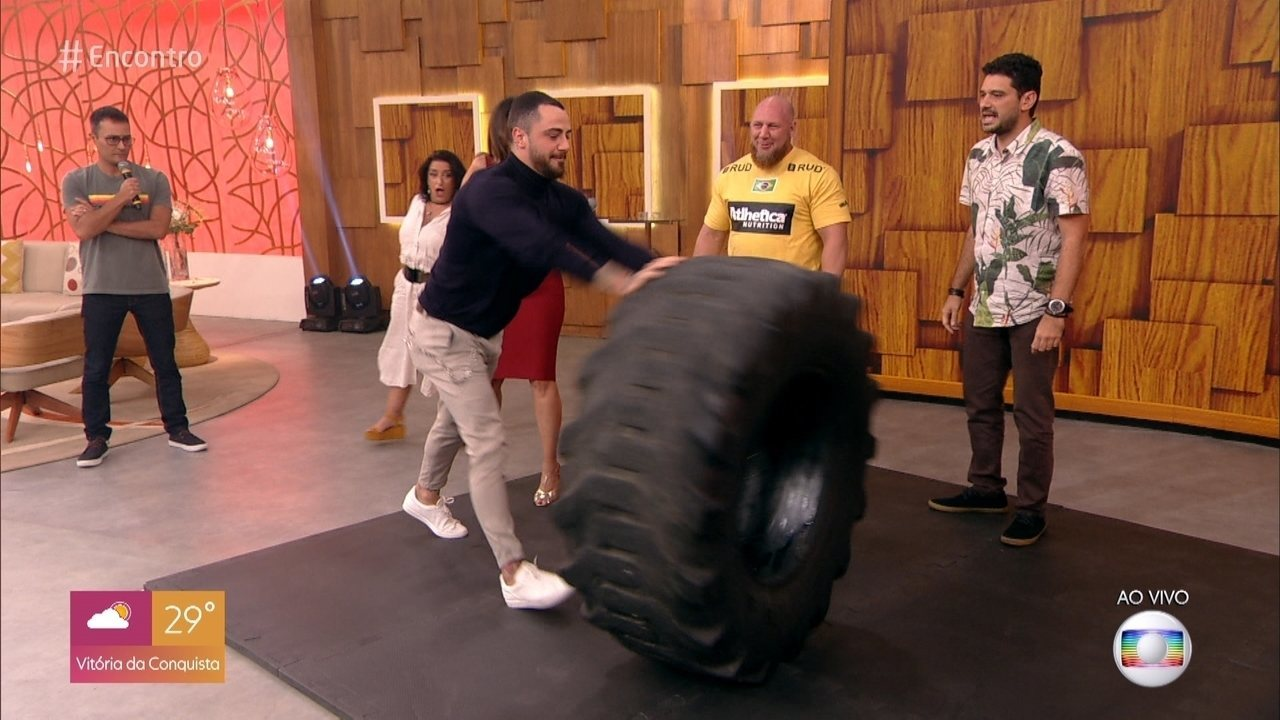 Felipe Titto levanta pneu de 150 quilos