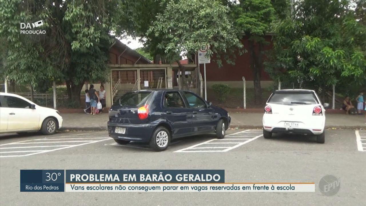 Vans escolares não conseguem parar em vagas reservadas em frente à escola, em Campinas