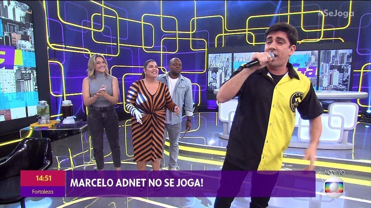 Marcelo Adnet canta samba-enredo da São Clemente