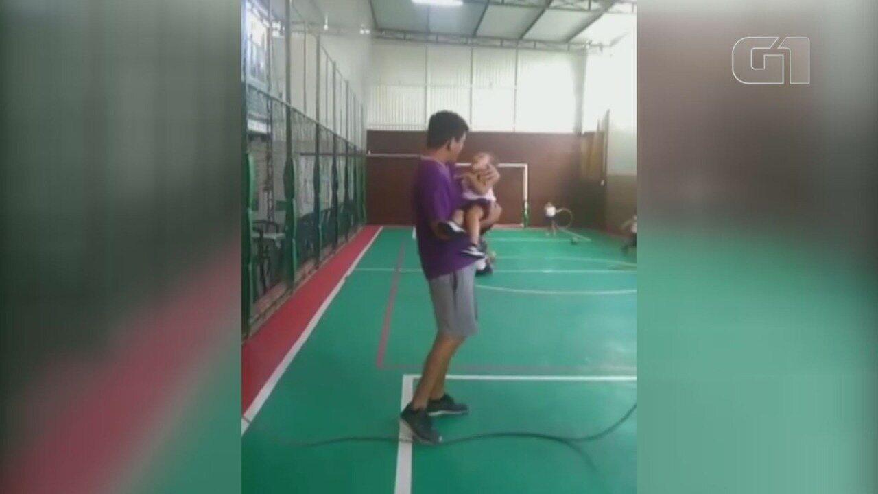 Vídeo mostra professor de Educação Física pulando corda com aluno portador de parilisia