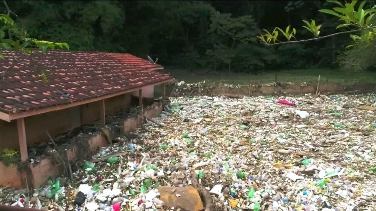 Lixo levado pelo Tietê na enxurrada se acumula no interior de São Paulo