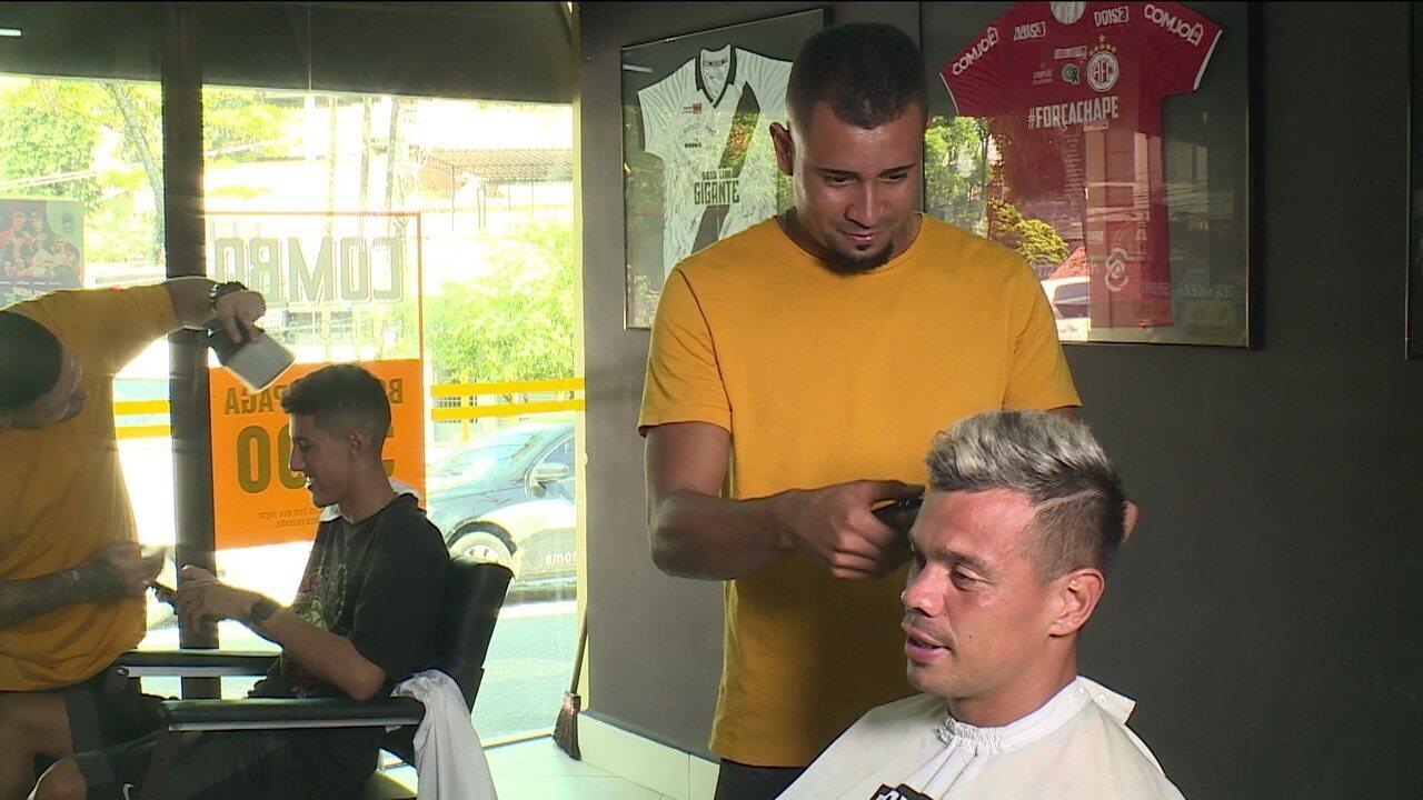 Jogadores do Volta Redonda ajeitam o penteado para a semifinal da Taça Guanabara contra o Boavista