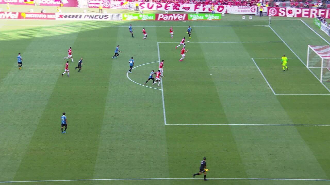 Em bela jogada, Everton marca o gol após impedimento de Cortez