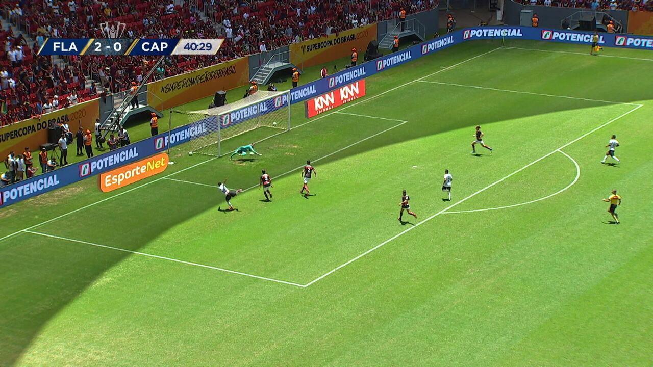 Santos manda um chutão e Marquinhos Gabriel fica com a bola, invade a área e cruza, mas Diego Alves defende, aos 40' do 1º tempo