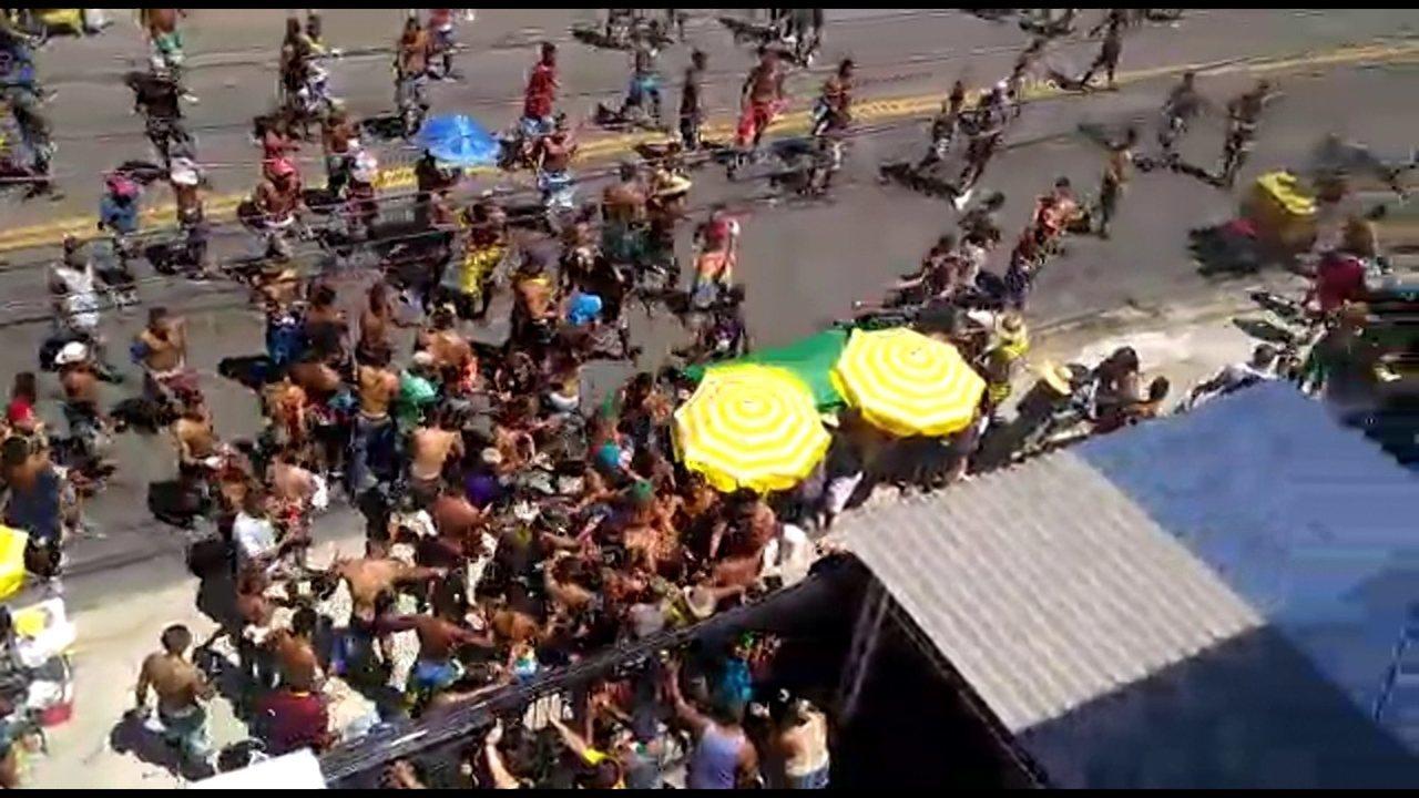 Briga entre grupos rivais marca início do desfile das Virgens do Bairro Novo, em Olinda