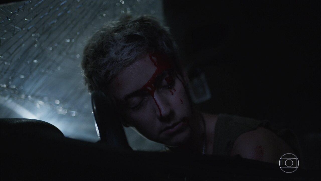 Álvaro provoca acidente que mata Amanda