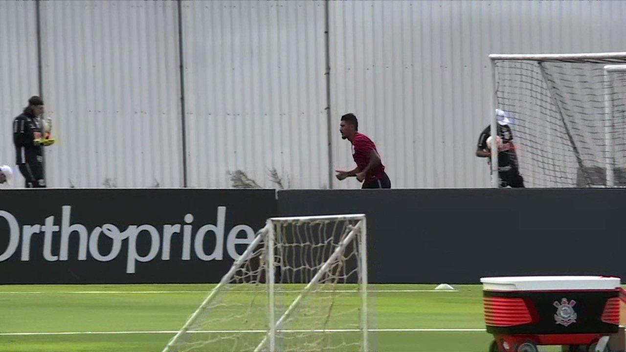 Paulinho treina no Corinthians durante férias prolongadas por adiantamento do Campeonato Chinês