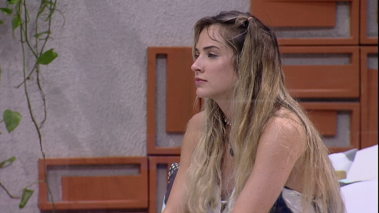 Sozinha, Gabi chora na área externa
