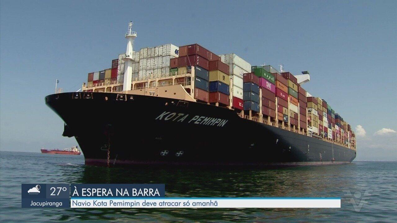 Maré baixa adia atracação de navio chinês em Santos