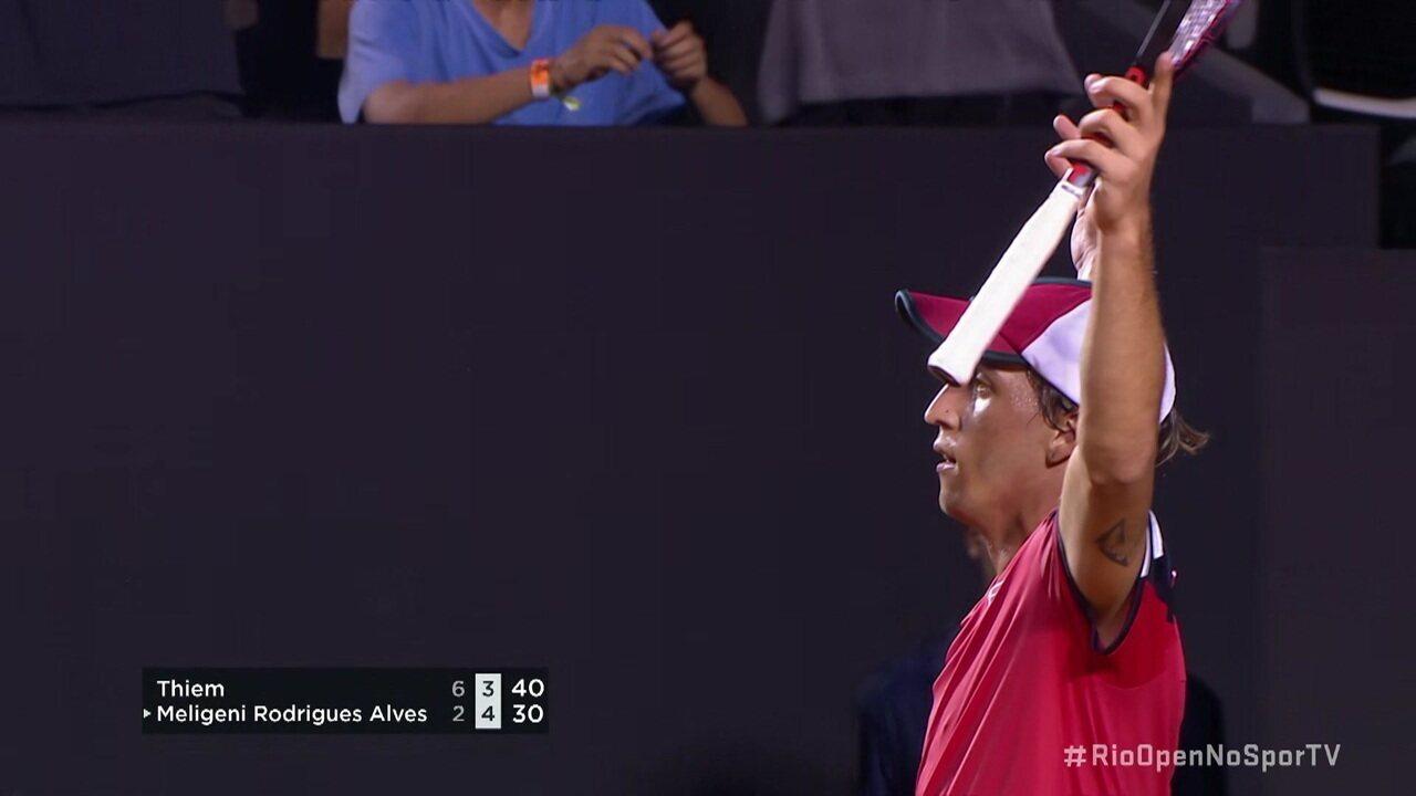 Dominic Thiem dá um smash, Meligeni devolve com uma linda passada do fundo de quadra e levanta o público no Rio Open
