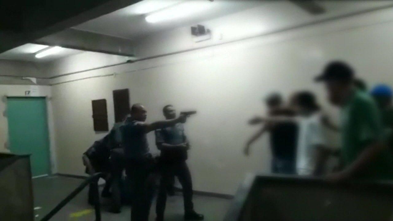 Comando decide afastar PMs que agrediram jovens em escola de São Paulo