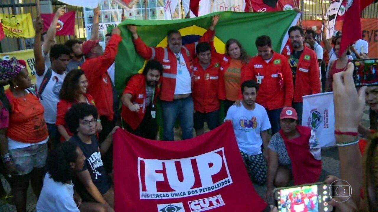 Petroleiros suspendem greve para negociar com Petrobras
