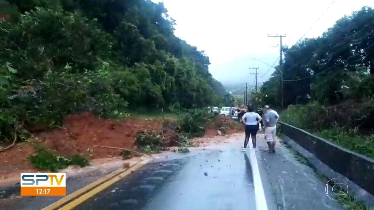 Chuva causa problemas em São Sebastião