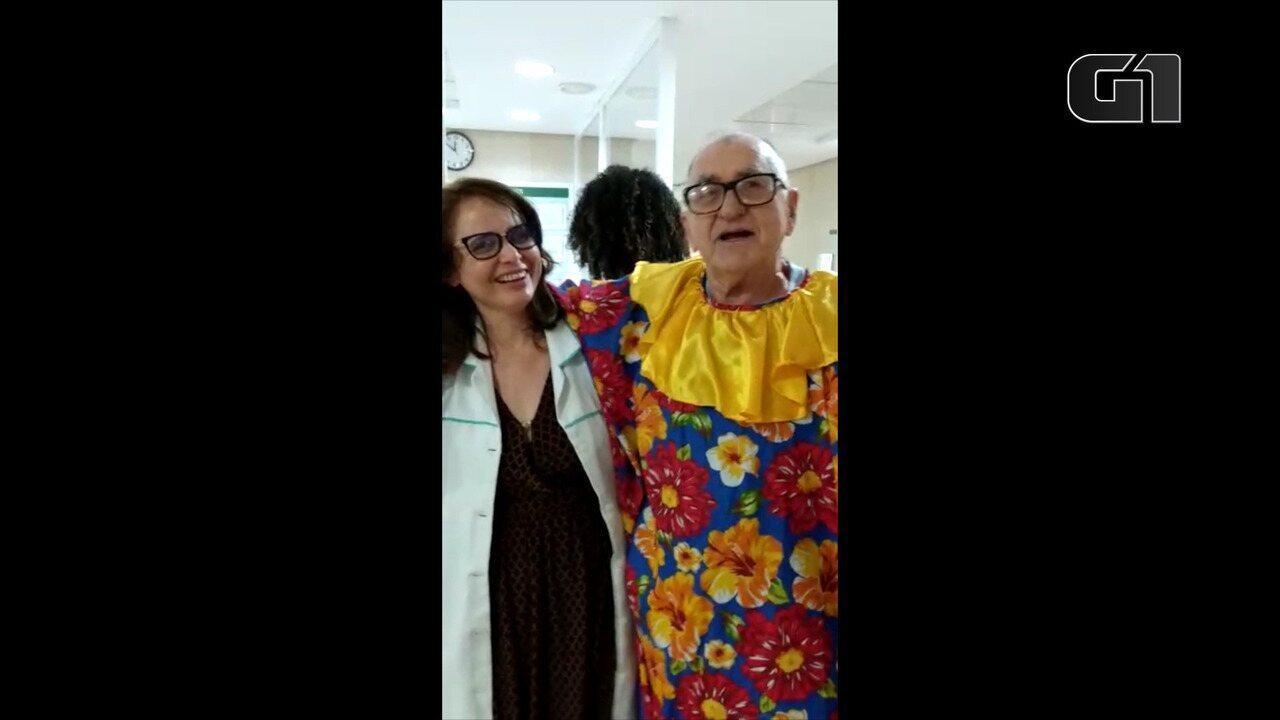 Naeydi Fernandes, de 82 anos, comemorando de 'fofão' a saída do hospital