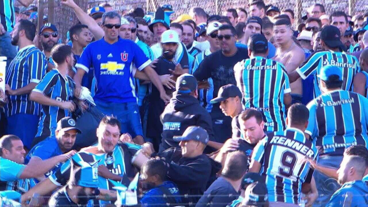 Durante o intervalo, torcedores do Grêmio brigaram entre si