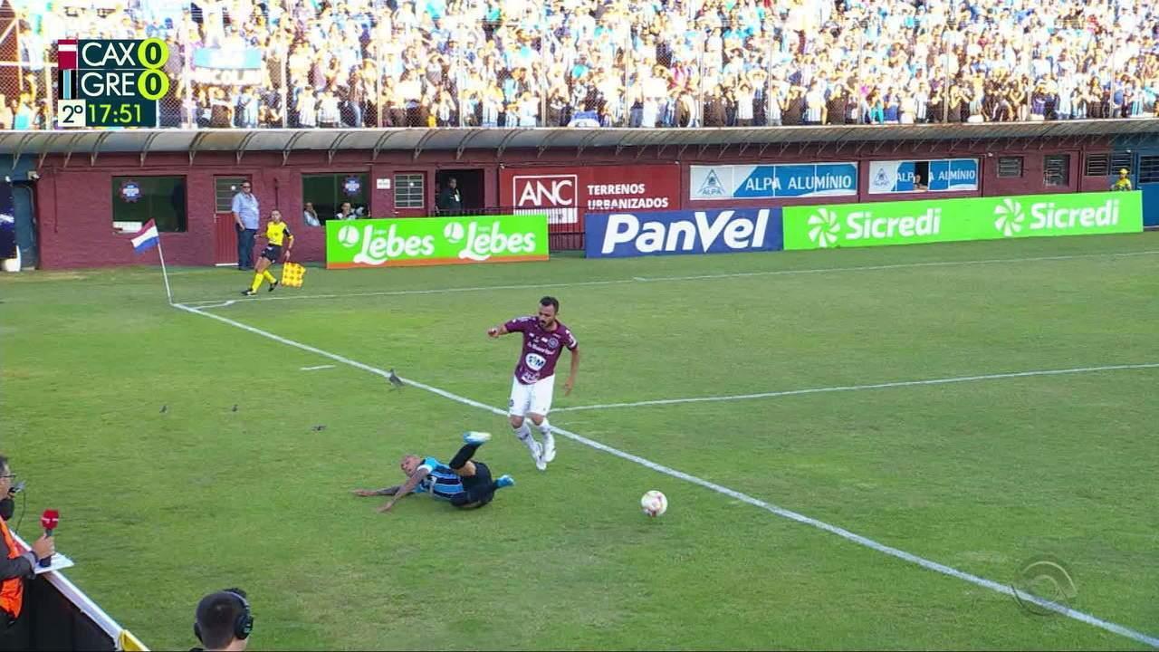 Everton avança pela direita, dispara e cai na área, árbitro mandou seguir, aos 17' do 2T