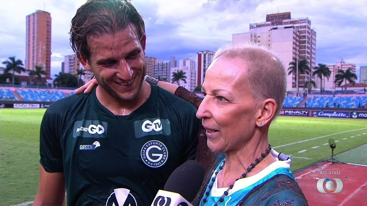 Rafael Moura recebe visita surpresa da mãe após marcar dois gols contra a Anapolina