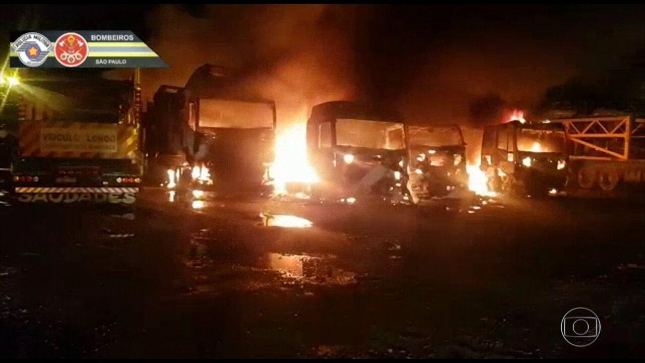Incêndio destrói 15 carretas carregadas de carros no pátio de empresa em SP