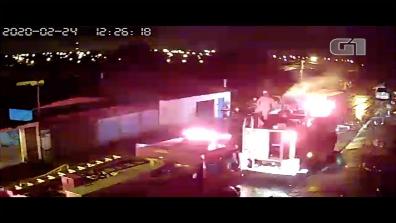 Caminhão-tanque pega fogo em Aparecida de Goiânia; vídeo