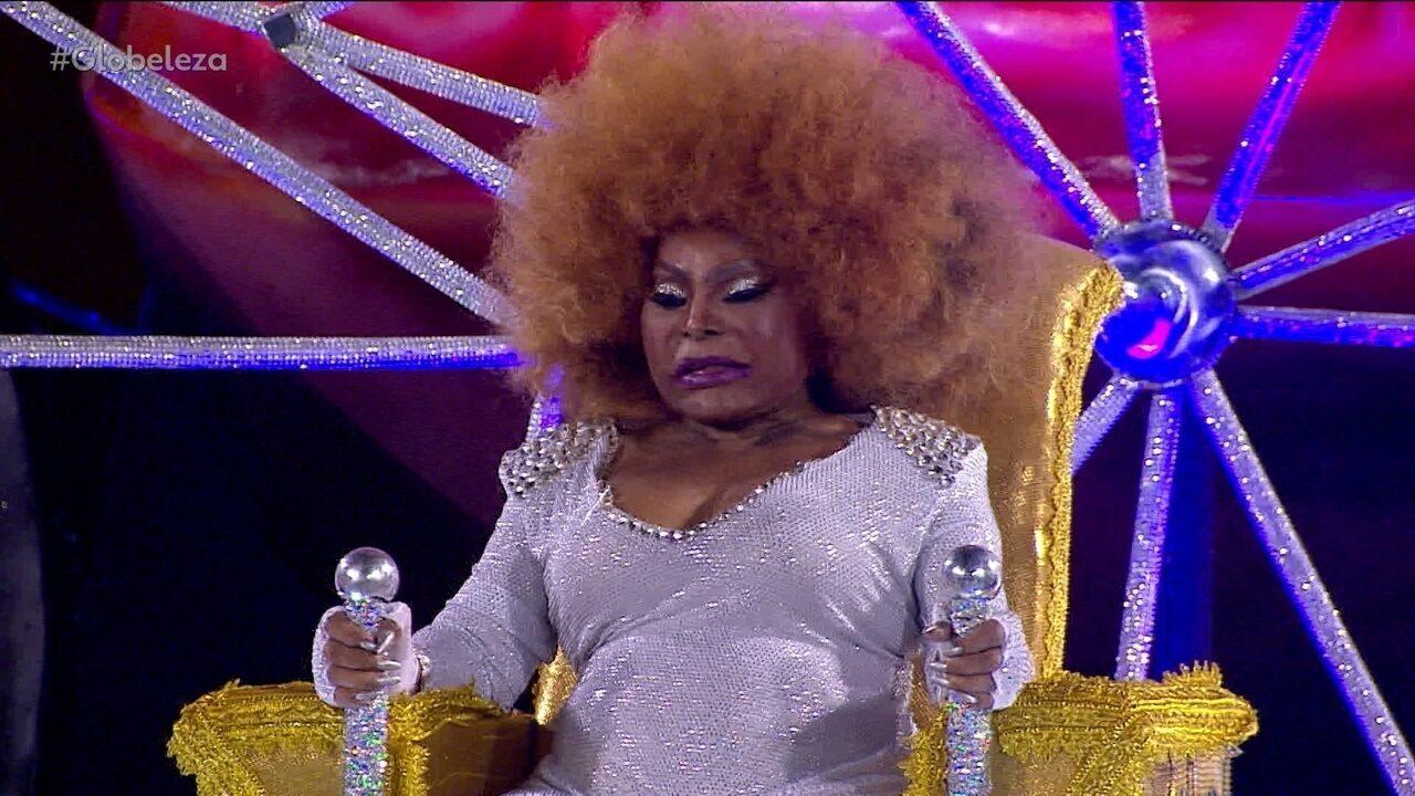 Elza Soares desfila em altar no último carro da Mocidade