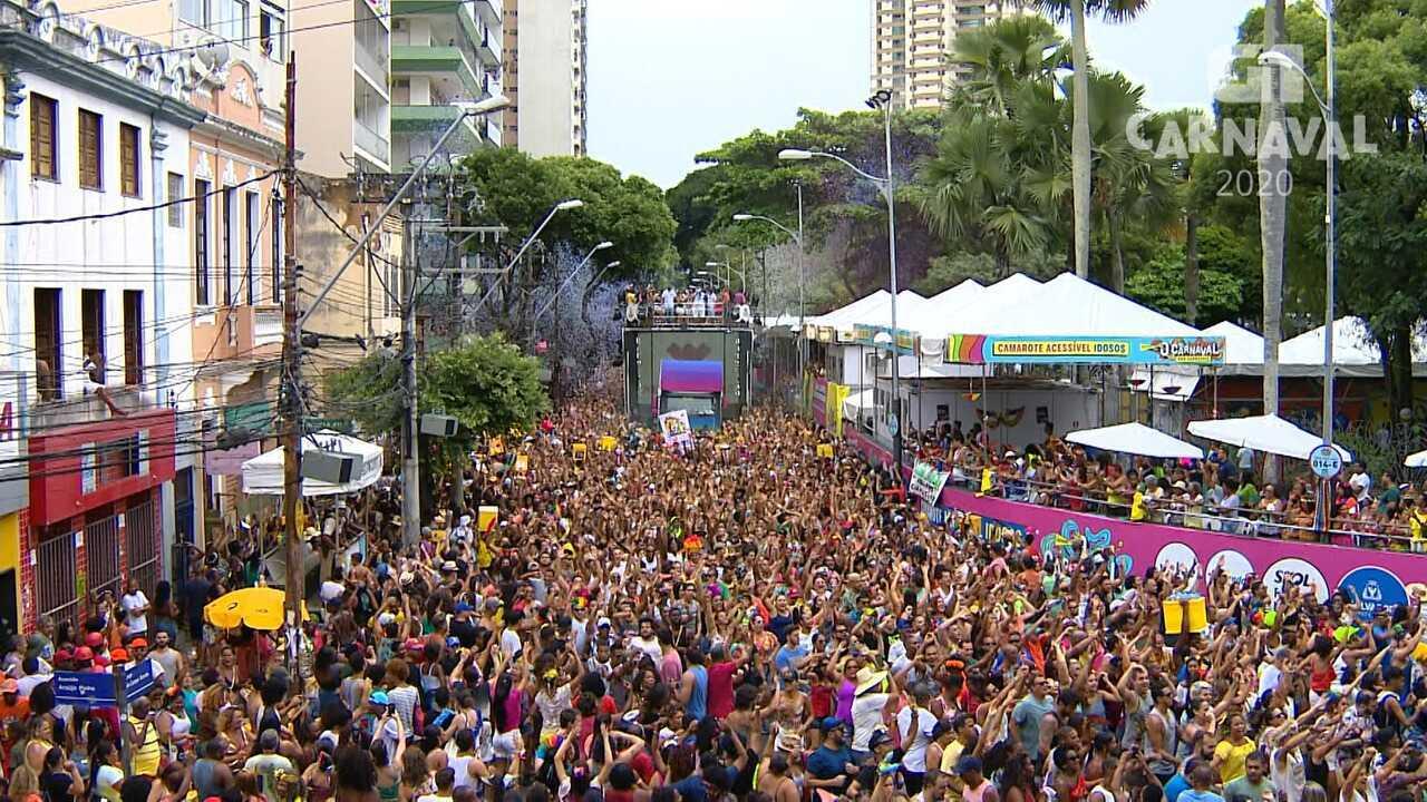 Foliões se agitam com a música 'O Mundo Vai', na pipoca de Ivete Sangalo