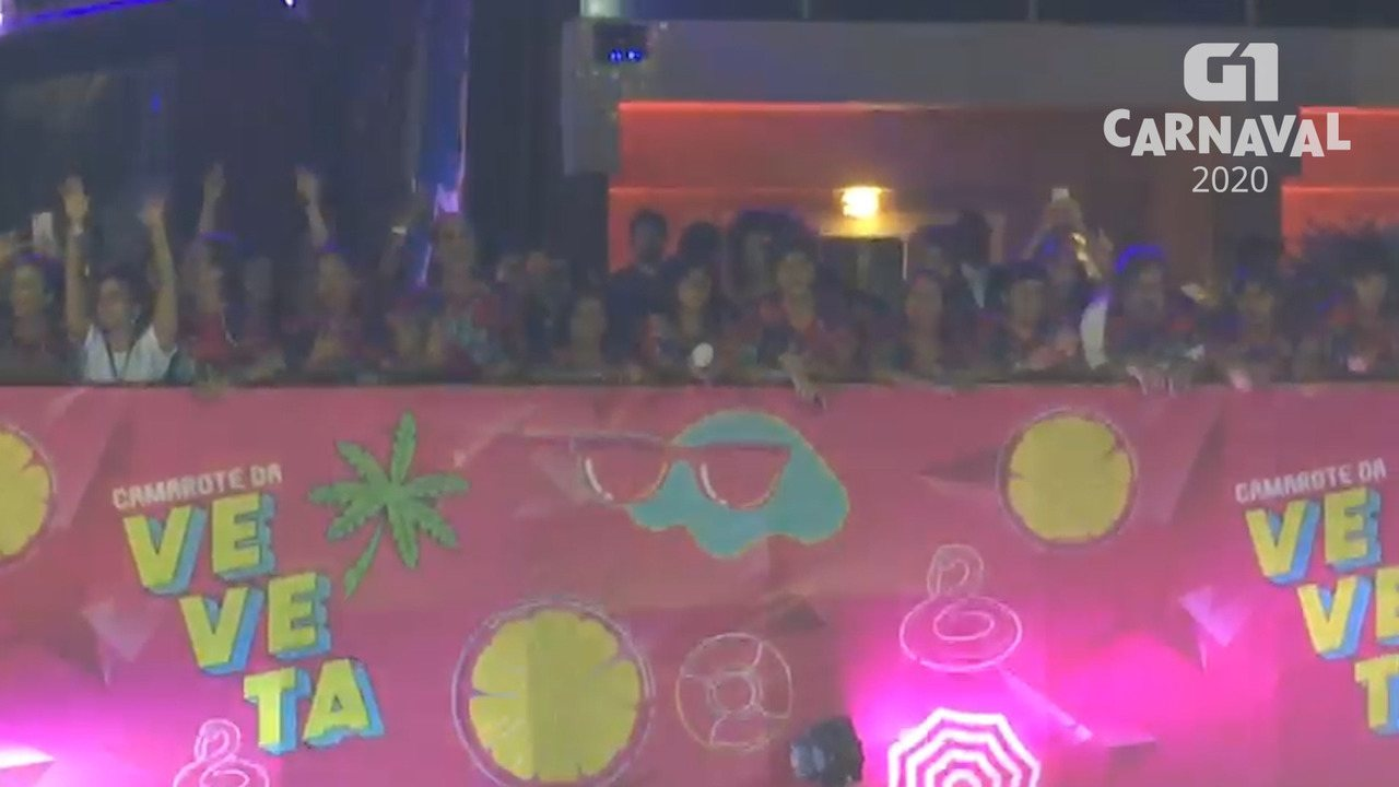 Ivete Sangalo assiste desfile de Léo Santana no bloco 'As Muquiranas'