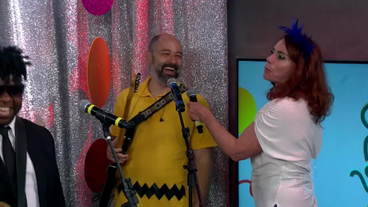 Leilane Neubarth recebe bloco de carnaval no estúdio da GloboNews
