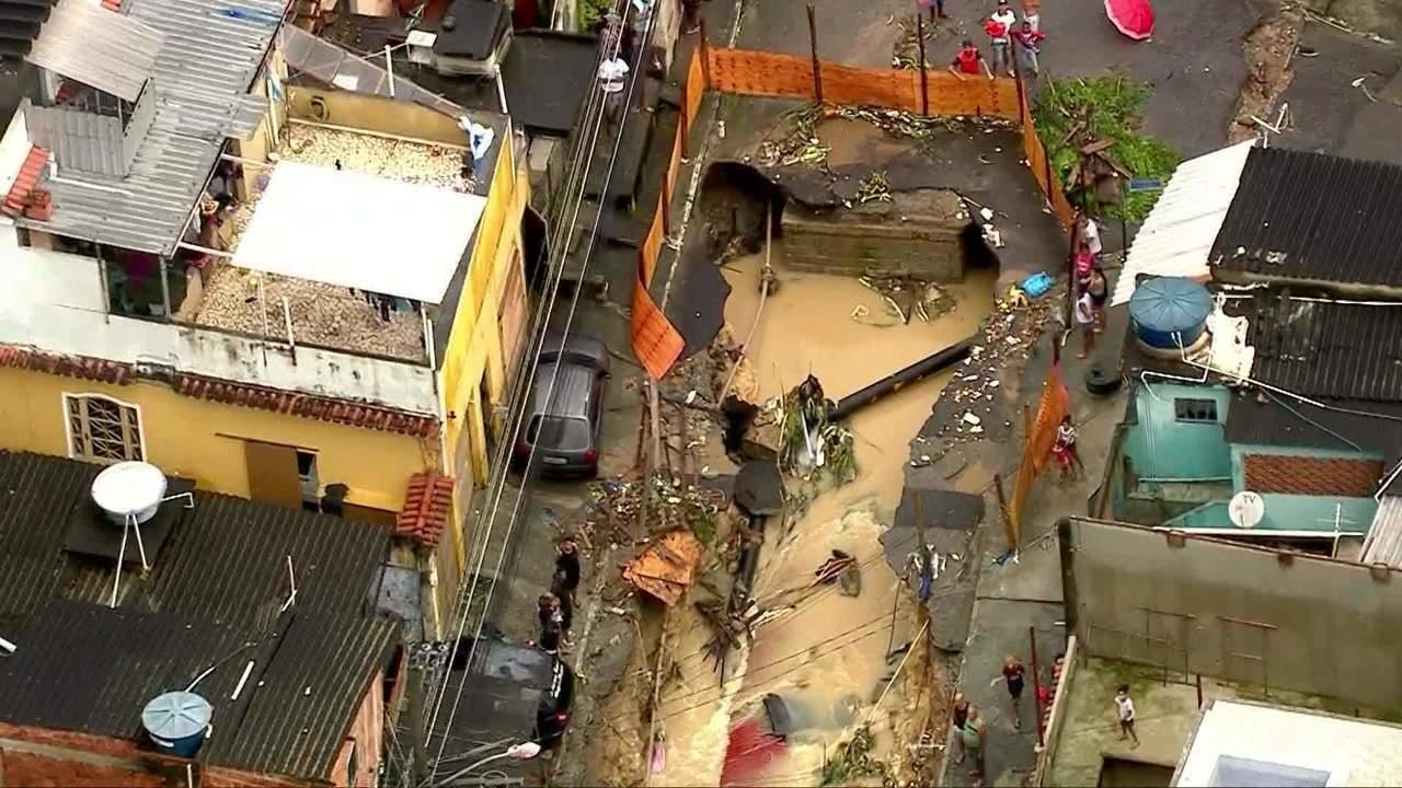 Cratera se abre em rua após forte chuva em Mesquita, no RJ