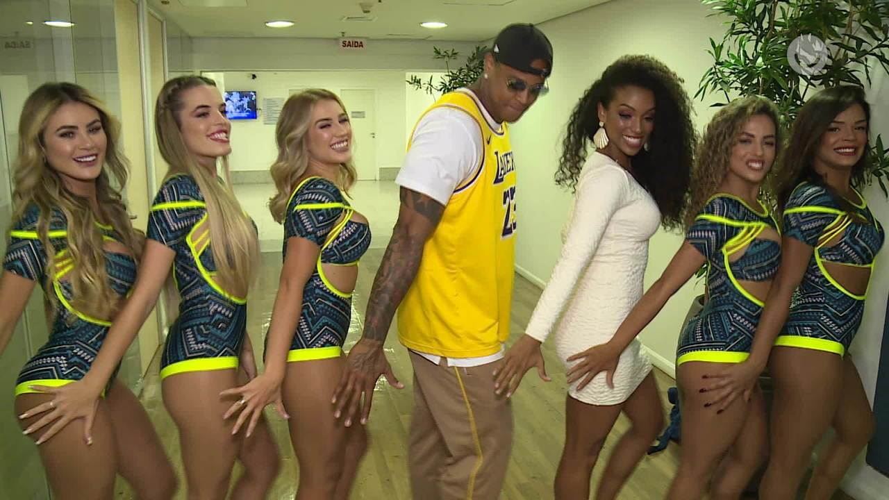 Léo Santana aprende coreografia da Vídeo Cassetada com as bailarinas do 'Domingão'