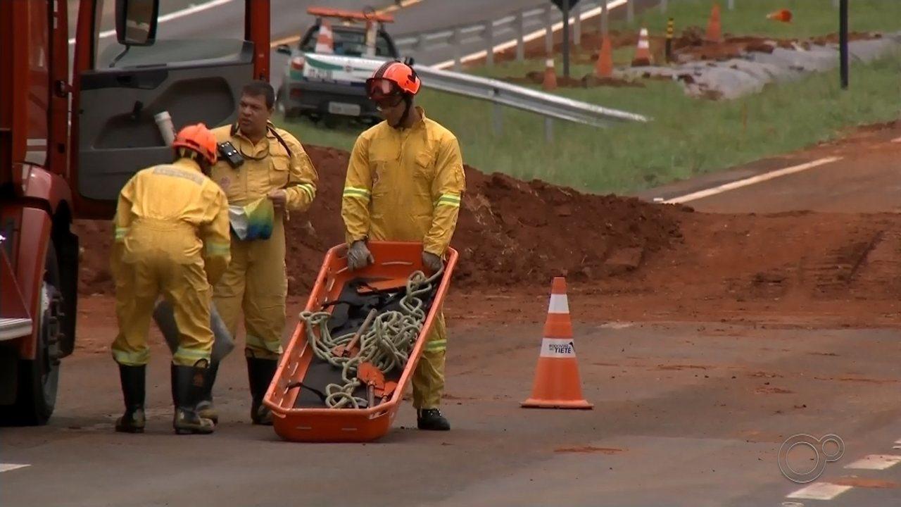 Morre motorista de caminhão que invadiu trecho interditado e caiu em cratera em Botucatu
