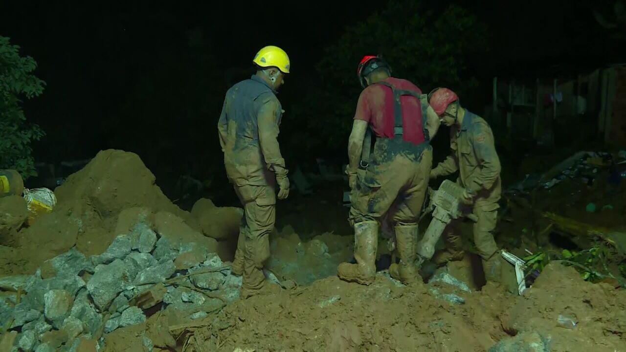Solo encharcado dificulta trabalho de buscas aos desaparecidos na Baixada Santista