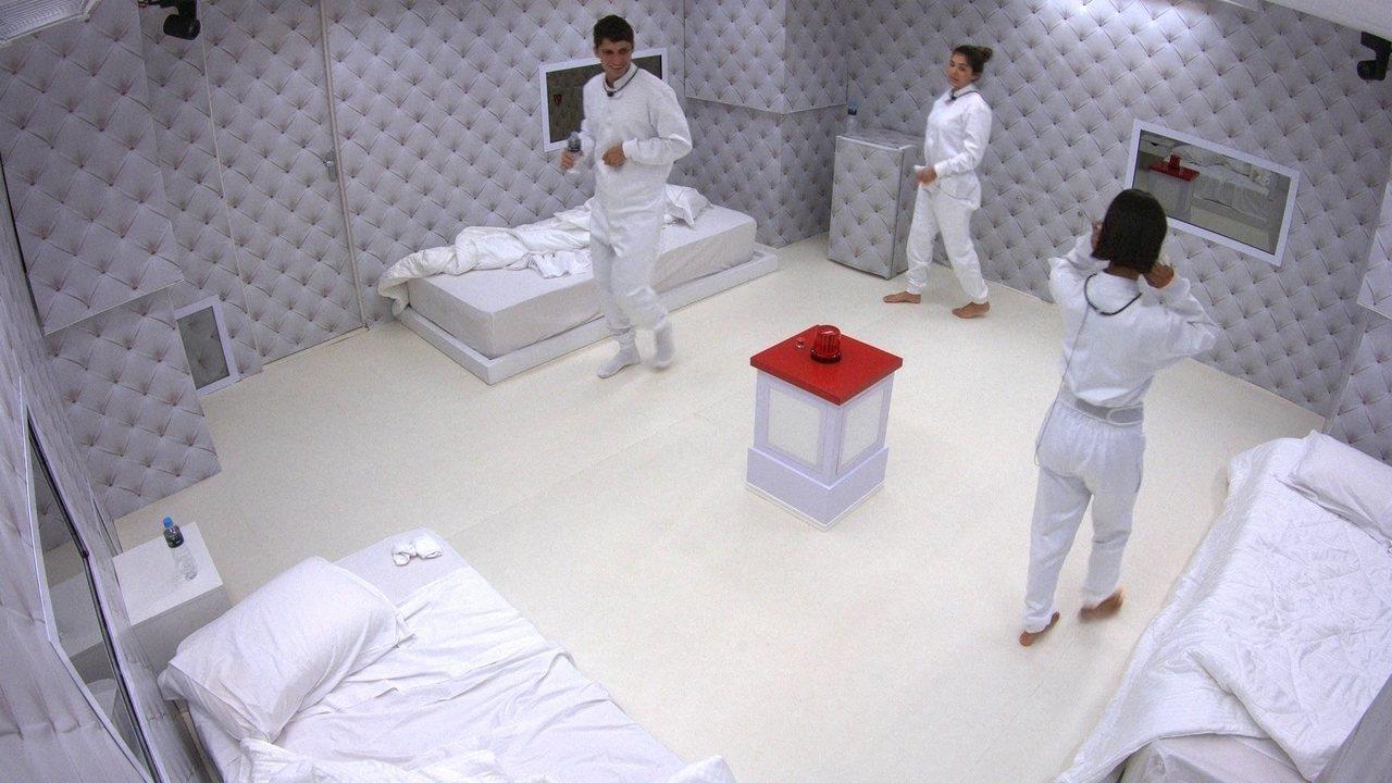 Teto do Quarto Branco sobe, e brothers decidem ficar de pé, circulando pelo cômodo