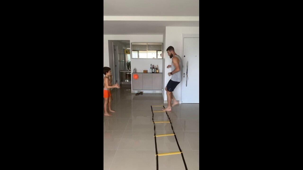 Danny Morais treina com o filho, em casa