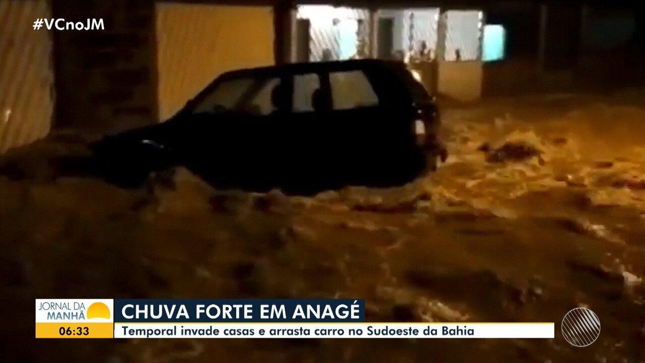 Chuva forte causa alagamento em Anagé, na região sudoeste