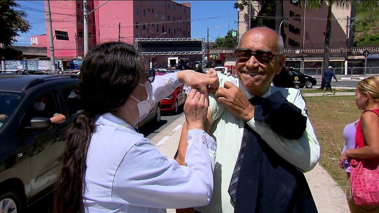 Filas marcam primeiro dia de vacinação contra gripe em São Paulo