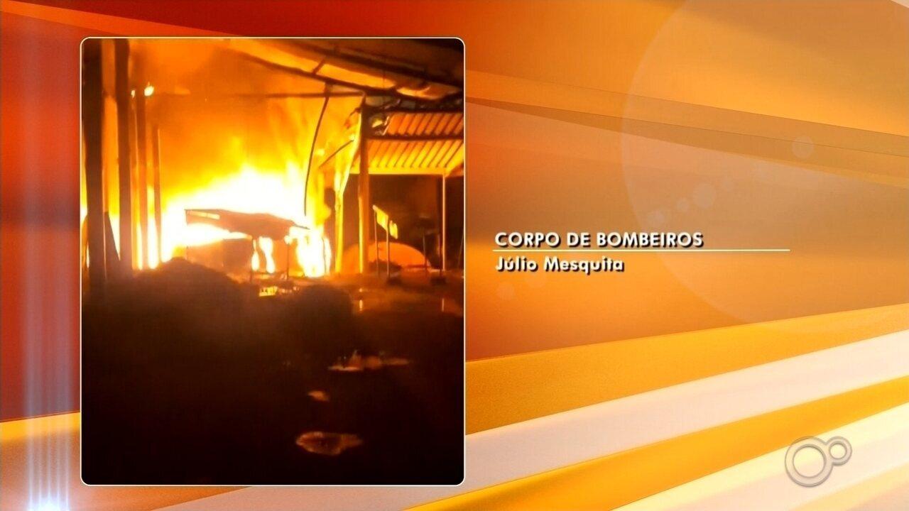 Incêndio destrói barracão após atingir secadora de macadâmias em Júlio Mesquita