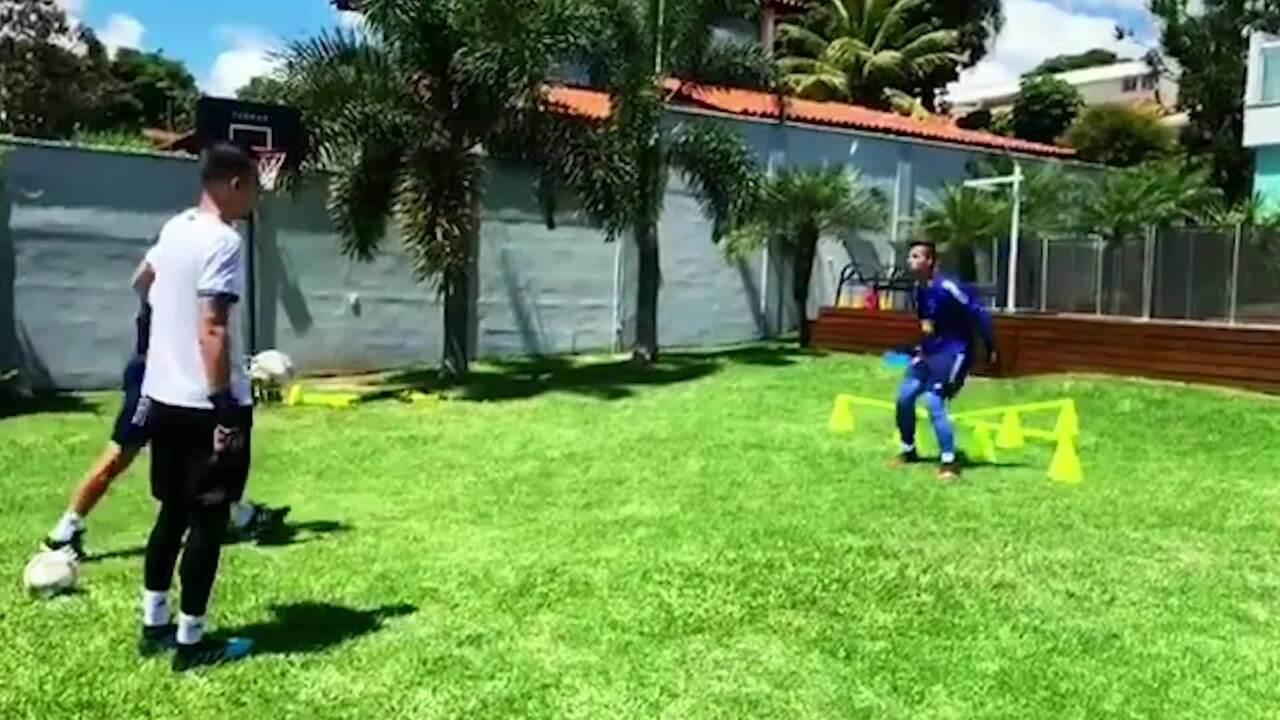 Durante parada, Fábio faz treinos em casa com preparador de goleiros do Cruzeiro