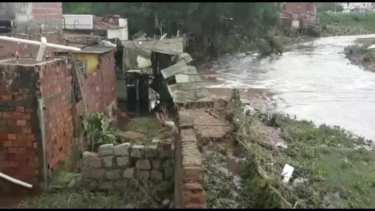 Casas são destruídas em Santana do Ipanema após nível do rio subir