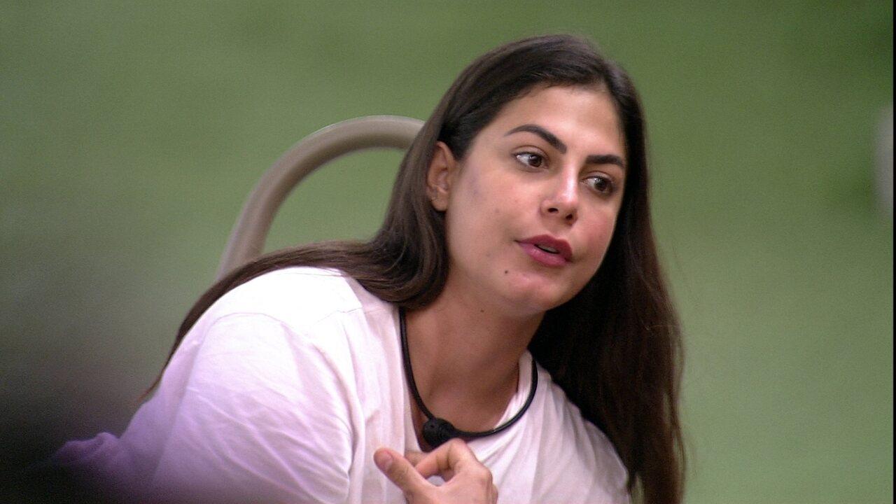 Manu reclama de louça, e Mari rebate: 'Não dá para desmerecer os outros'