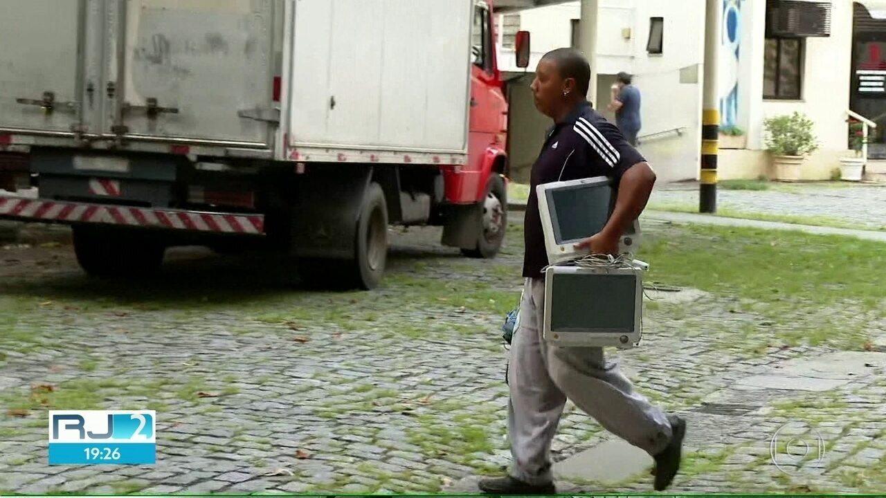 Prefeitura do Rio retira equipamentos de hospital particular desativado.