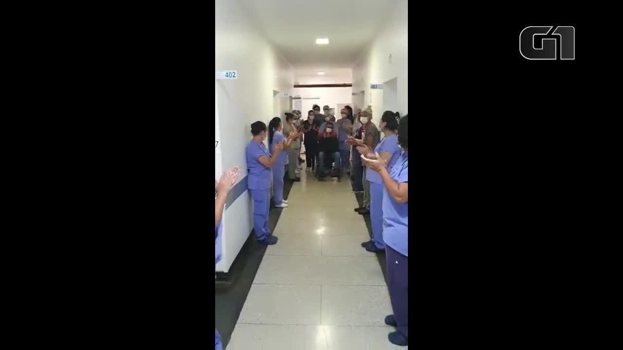 Médico recebe alta ao som de violino e aplausos após se recuperar da Covid-19 em Birigui