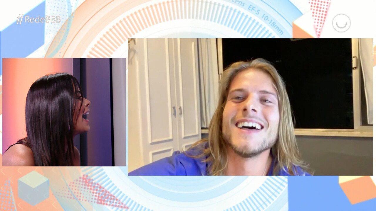 Ivy conversa com Daniel por videoconferência
