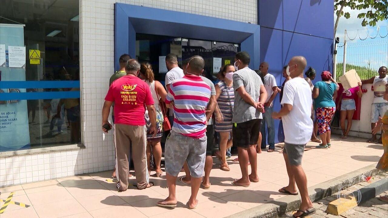 Brasileiros têm dificuldade para sacar auxílio emergencial