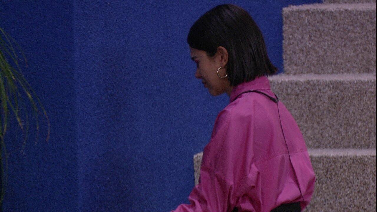 Manu se isola e chora ao meditar na área externa da casa do BBB20