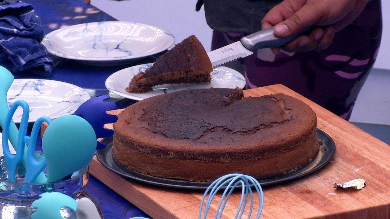 Babu faz bolo e entrega primeiro pedaço para Manu: 'Para a primeira finalista do BBB'