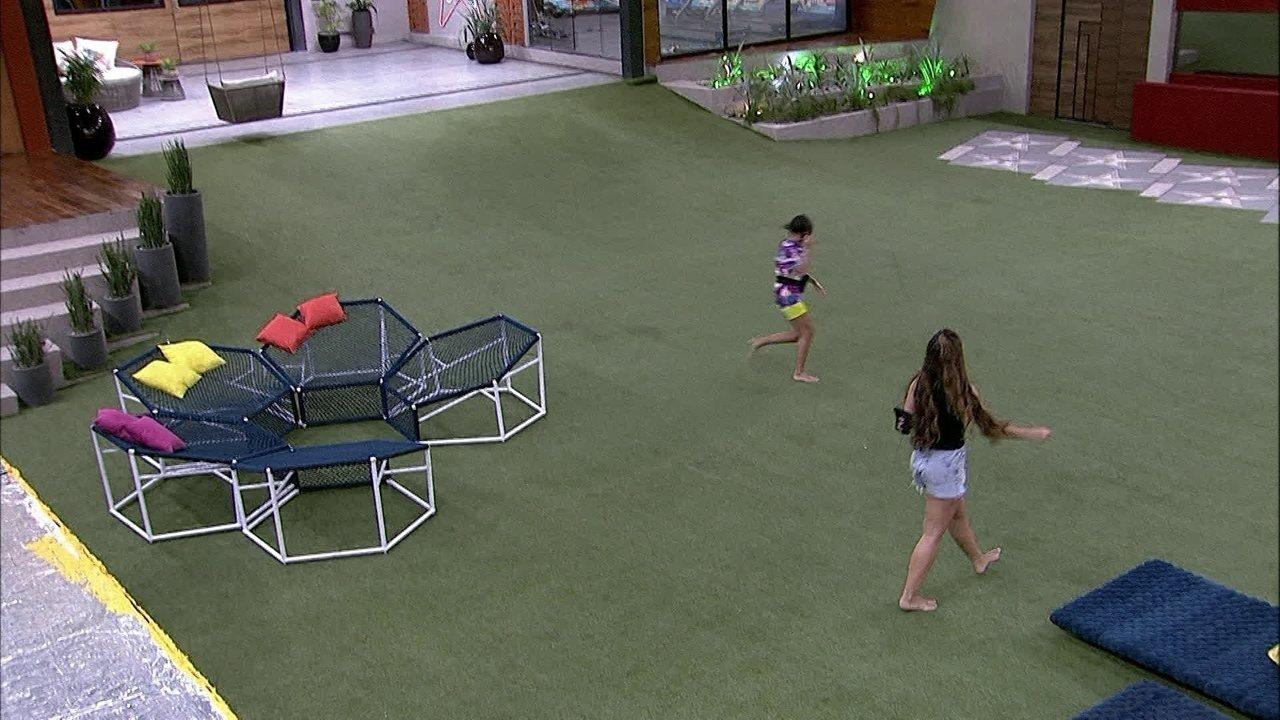 Em dia de Final, Manu e Rafa correm e gritam pelo gramado da casa do BBB20