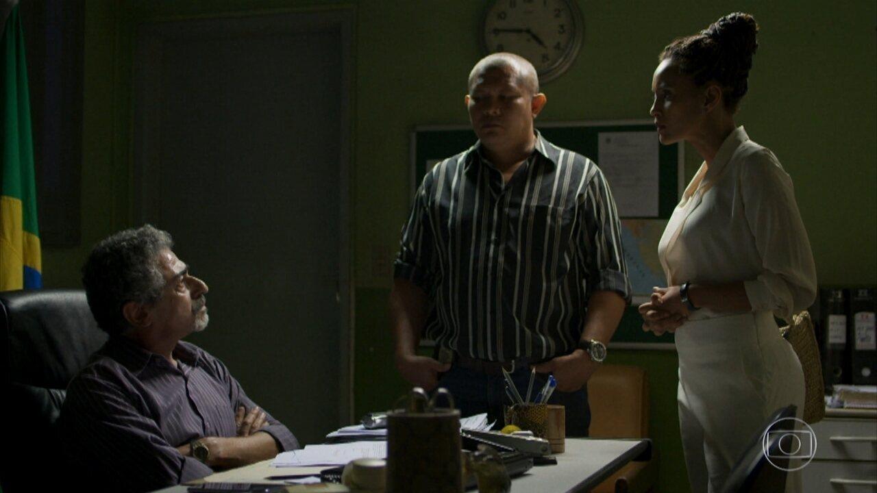 Verônica confronta delegado para defender Luiza