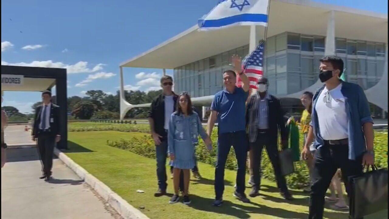 Sem máscara, Bolsonaro vai ao Palácio do Planalto para apoiar manifestação
