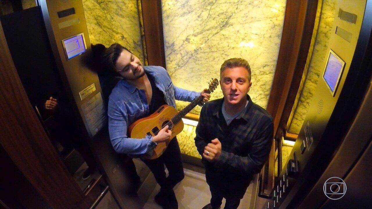 Luan Santana e Luciano Huck armam pegadinha em elevador