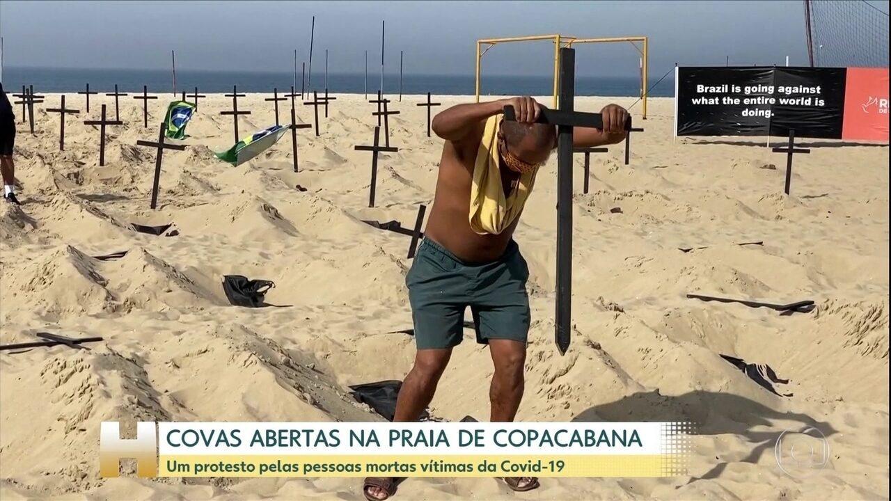 Covas abertas na praia de Copacabana homenageiam vítimas da Covid-19